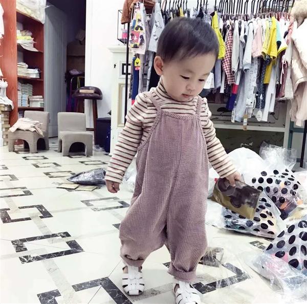 可爱男宝宝吊带裤